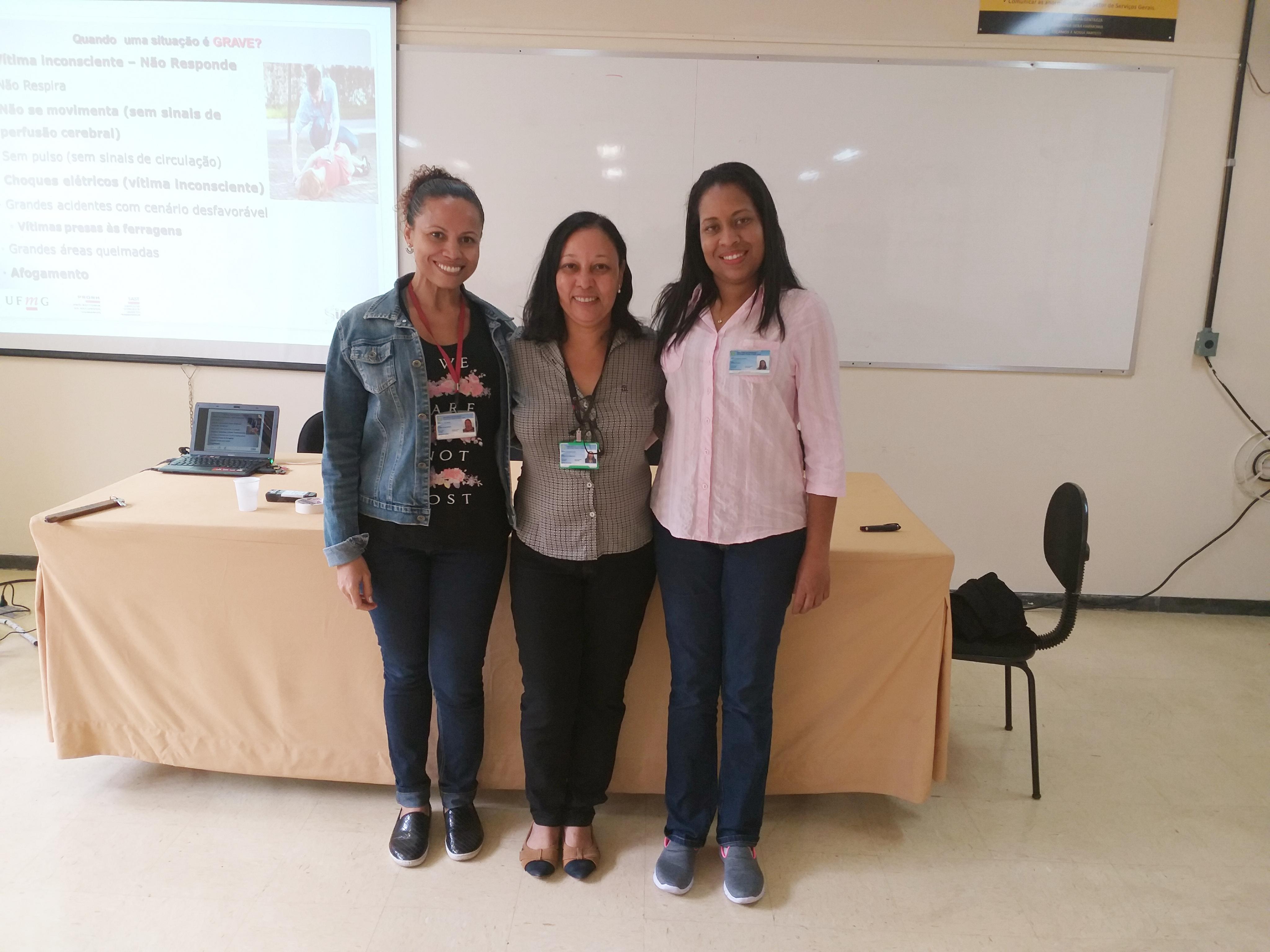 Foto 04 - Enfermeiras Hayde e Andréia DAST-UFMG com Farmacêutica Adriana GAB-FAFAR