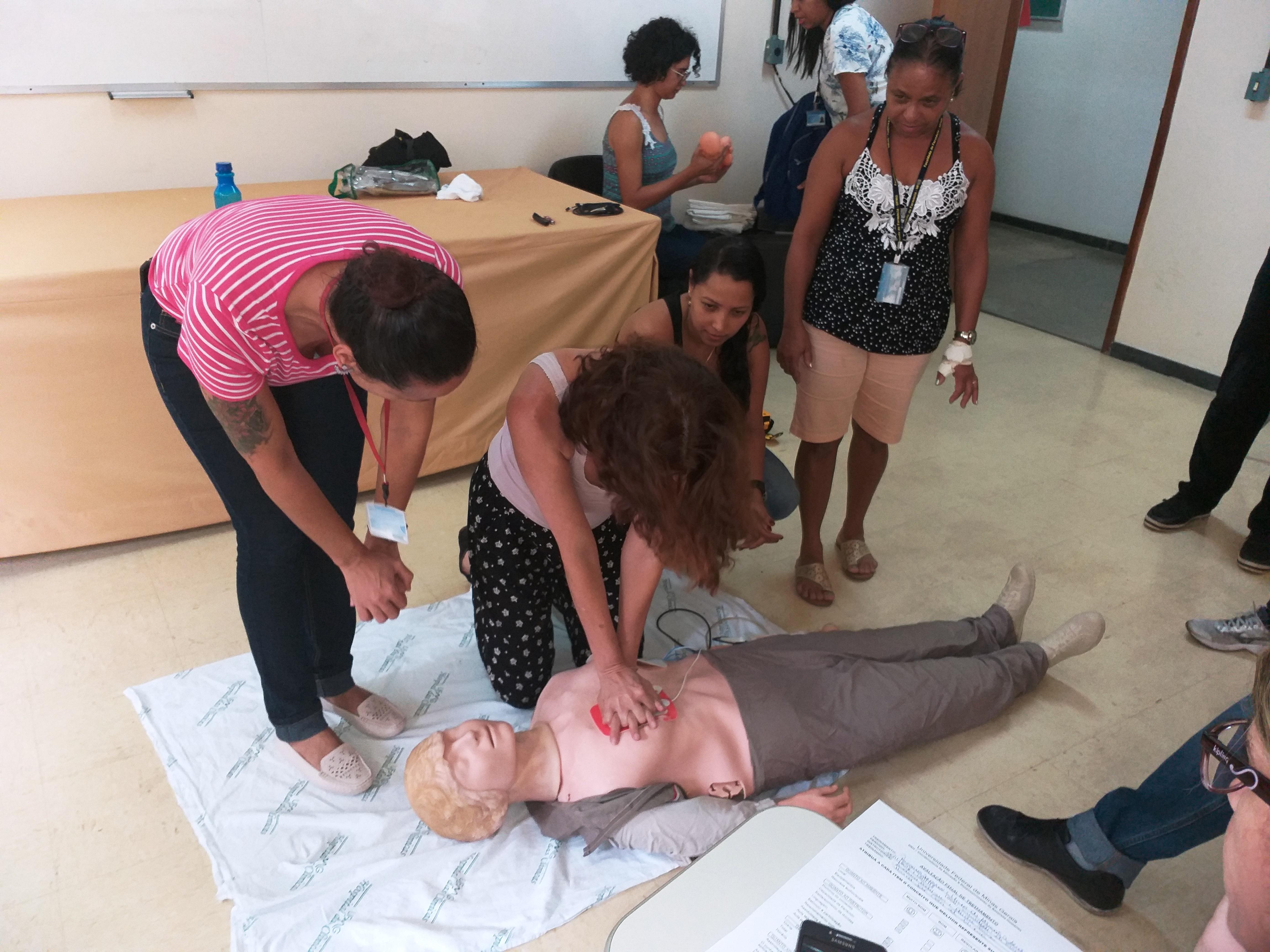 Foto 11 - Servidores sendo orientados sobre atendimento a vítima de parada cardiorrespiratória