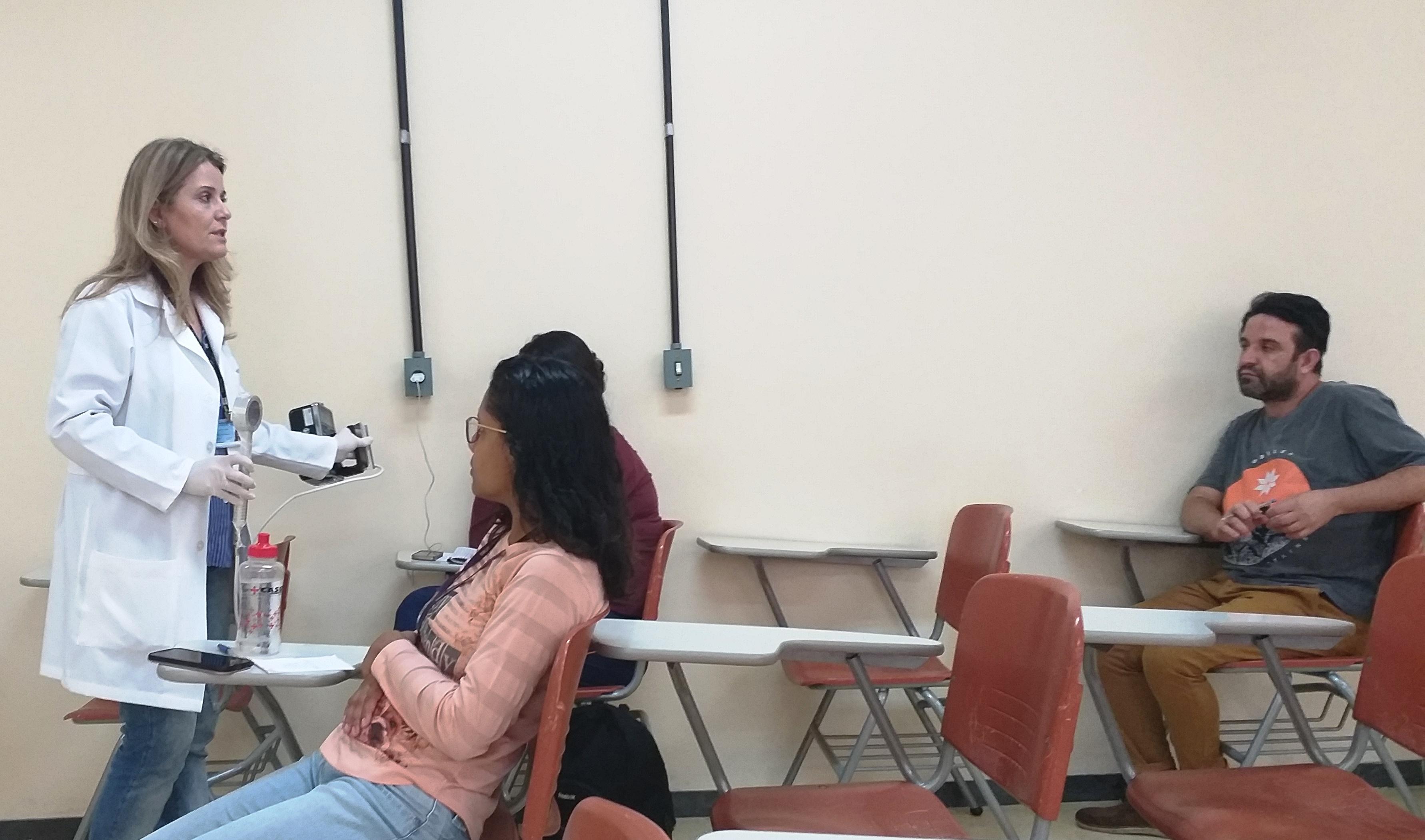 Foto 16 - Profa. Simone ACT-FAFAR durante aula de Biossegurança com radioisótopos