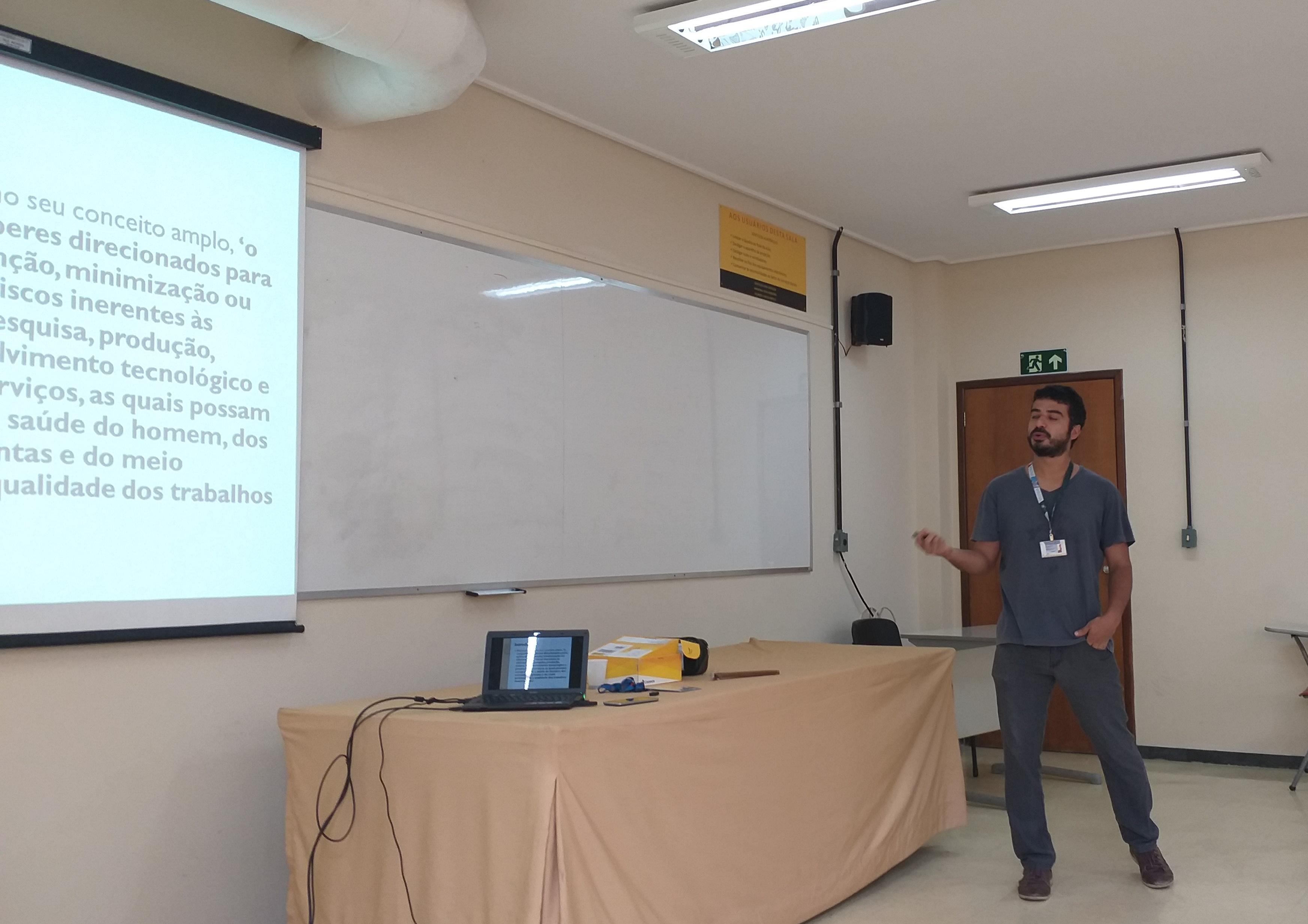Foto 17 - Prof Bruno ACT-FAFAR durante aula de  Bioética e Biossegurança com agentes biológicos