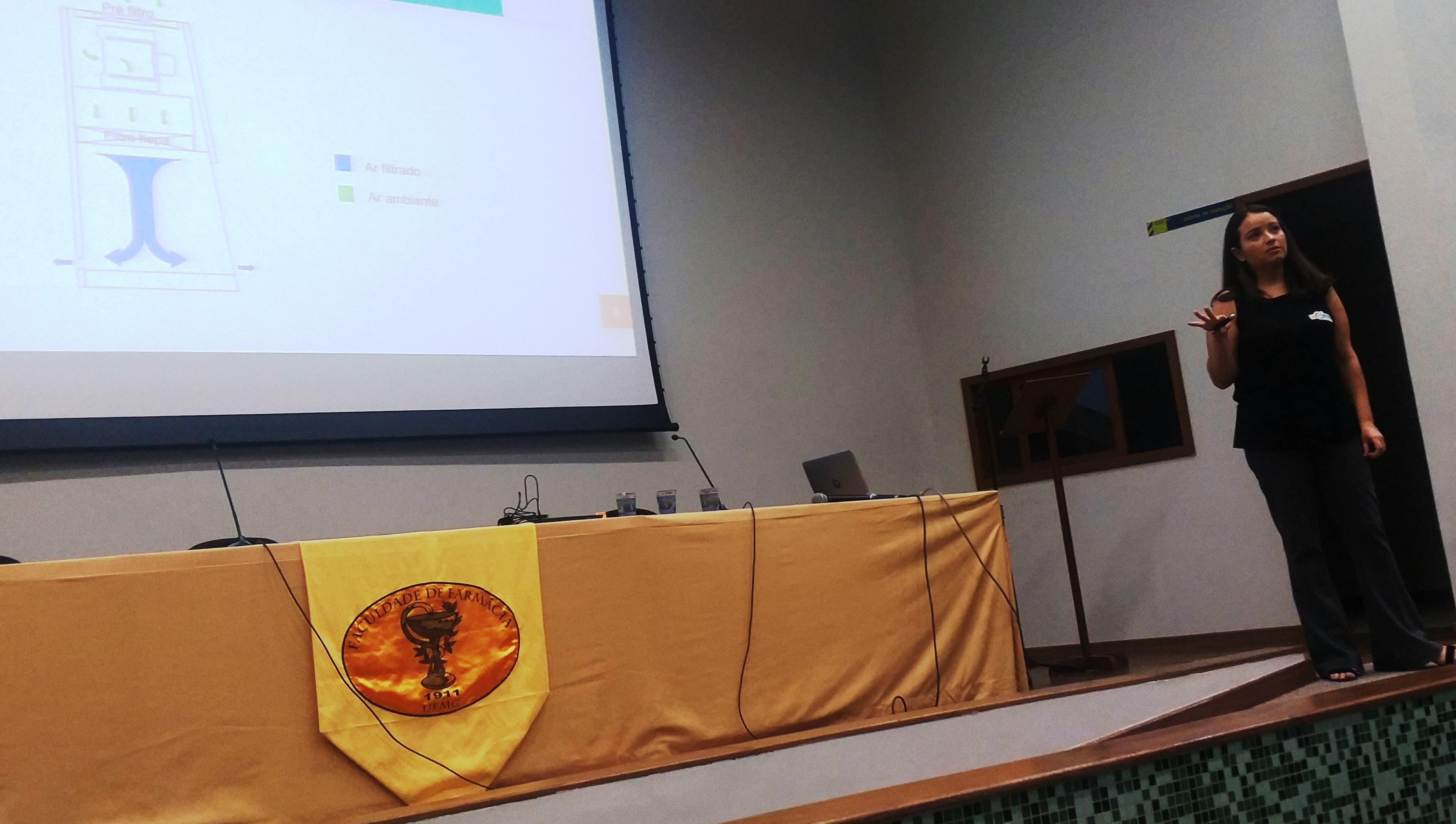 Farmacêutica-Fernanda-Kadamoto-ministrando-palestra-sobre-certificação-de-capelas-2